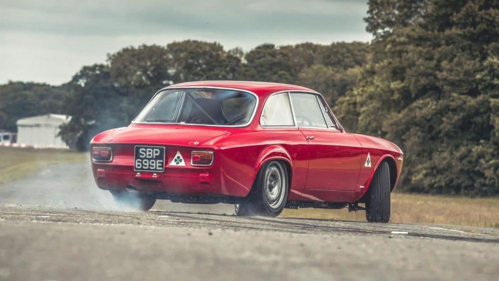 Alfa-Romeo-GTA-R-3-e1506928324503.jpg