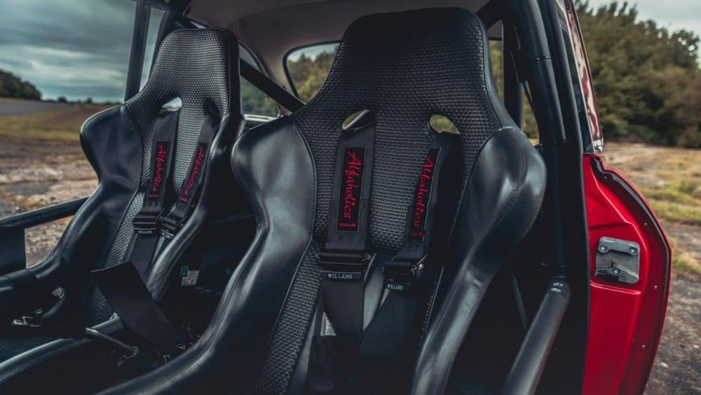 Alfa-Romeo-GTA-R-9-e1506928287929.jpg